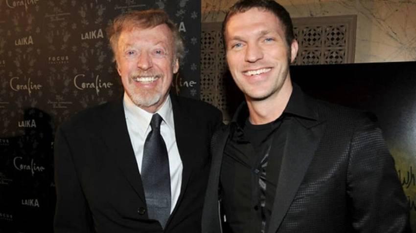 Phil Knight và con trai thứ Travis Knight